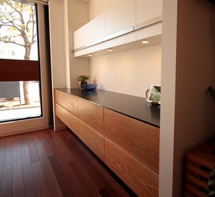 オーク材セパレートタイプの食器棚。
