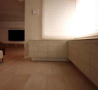 大型据付け家具とL型の白い木の家具