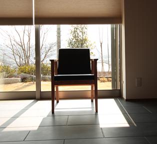 後ろ足のラインが奇麗なシンプルな椅子
