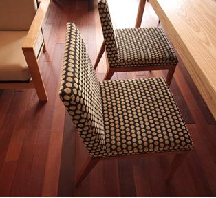 生地貼りのシンプルな椅子