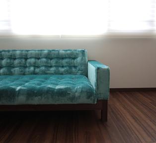 西宮H邸 鮮やかなブルーのモコモコソファー