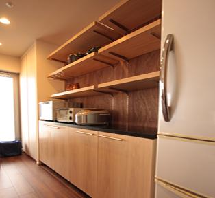 カフェの様な据え付けの食器棚