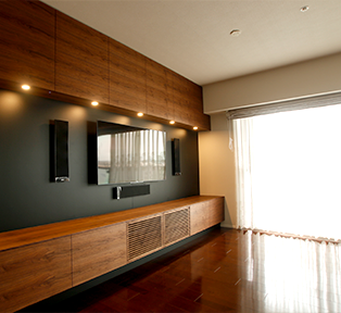 ウォールナットのテレビボードとキッチンカウンター