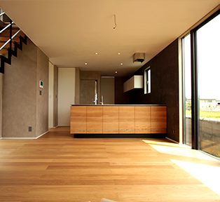 石川県S邸 ホワイトオーク無垢材のペニンシュラキッチンとバックボード