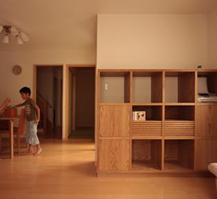 神奈川県へ家具の納品。 ホワイトオーク天然木シェルフの施工事例。