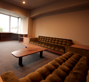 社長室L型ソファーと本棚
