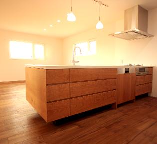加古川M邸 白のセラミックとブラックチェリーの無垢材キッチン
