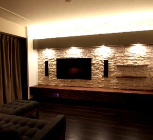 東京港区S邸石貼りのオーダメイド壁掛テレビボード