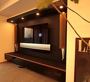渋谷区K邸 おしゃれな黒マットのテレビボード とデスク。
