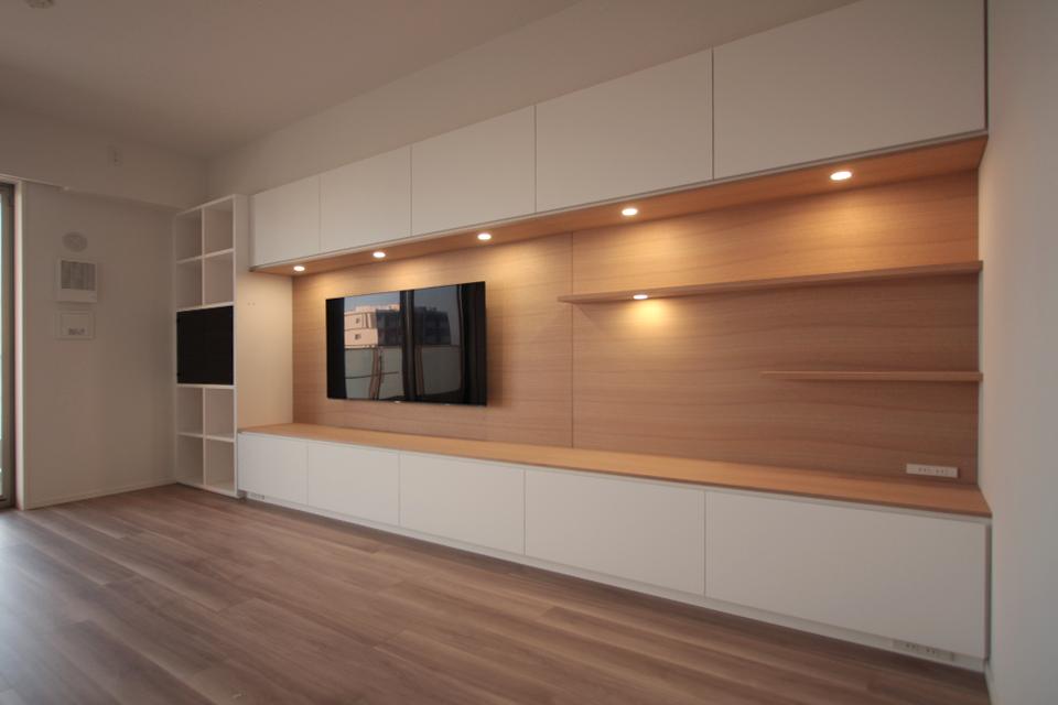 白マット素材と白木の壁掛けテレビボード