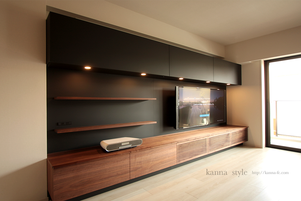黒マットとウォールナットのテレビボード