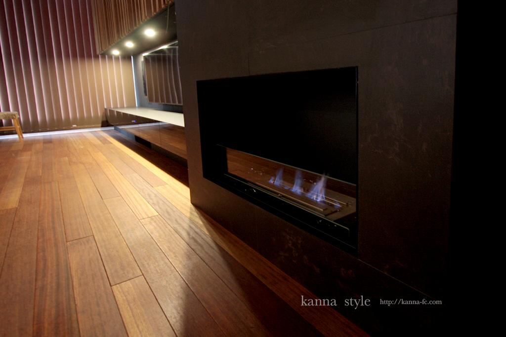 ビルトインバイオエタノール暖炉と黒マットのテレビボード