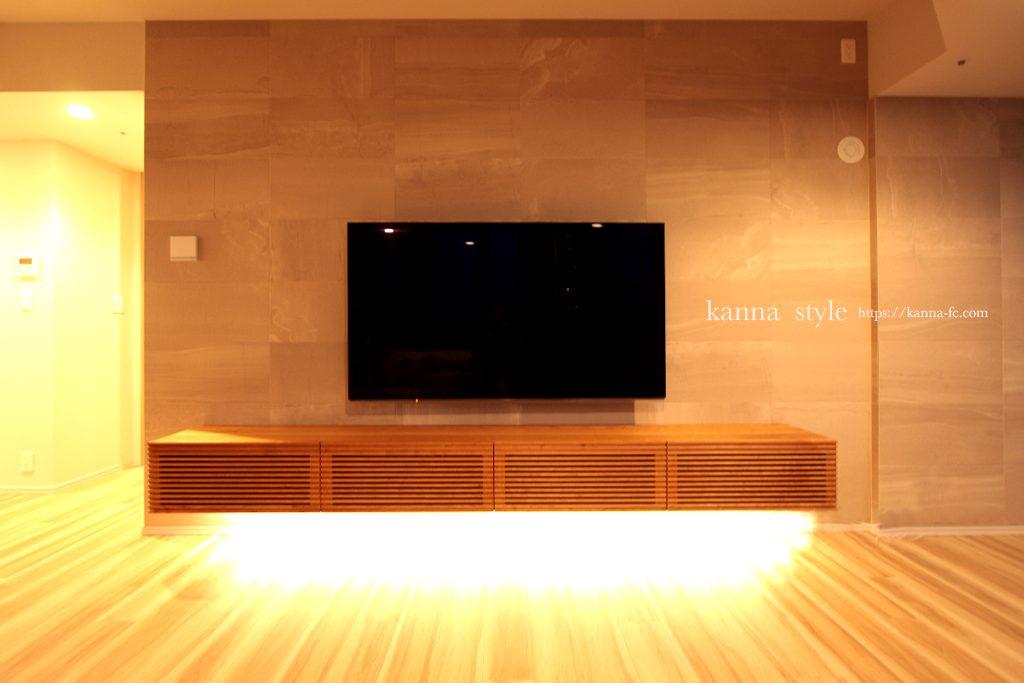 間接照明付きブラックチェリーフローティングテレビボード